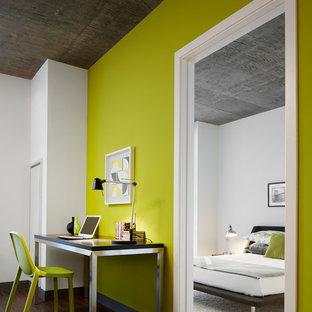 シカゴのコンテンポラリースタイルのおしゃれなホームオフィス・仕事部屋 (緑の壁、濃色無垢フローリング、自立型机) の写真