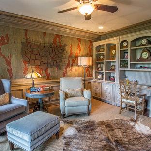 他の地域の広いトラディショナルスタイルのおしゃれな書斎 (マルチカラーの壁、カーペット敷き、暖炉なし、造り付け机、ベージュの床) の写真