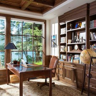 Пример оригинального дизайна: кабинет в стиле рустика с библиотекой, белыми стенами, отдельно стоящим рабочим столом и кессонным потолком