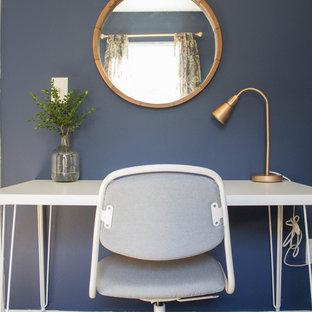 シアトルの小さいコンテンポラリースタイルのおしゃれな書斎 (青い壁、カーペット敷き、暖炉なし、自立型机、ベージュの床) の写真