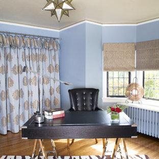 Esempio di uno studio chic di medie dimensioni con pareti blu, pavimento in legno massello medio e scrivania autoportante