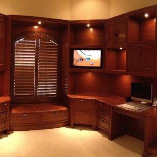 マイアミの大きいトランジショナルスタイルのおしゃれな書斎 (ベージュの壁、造り付け机、セラミックタイルの床、暖炉なし、ベージュの床) の写真