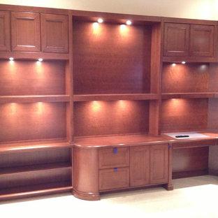 マイアミの広いトランジショナルスタイルのおしゃれな書斎 (ベージュの壁、造り付け机、セラミックタイルの床、暖炉なし、ベージュの床) の写真