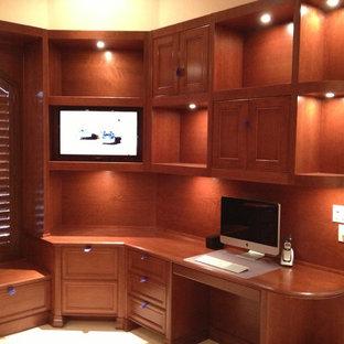 Esempio di un grande ufficio tradizionale con pavimento con piastrelle in ceramica, scrivania incassata, pareti beige, nessun camino e pavimento beige