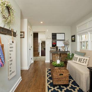ワシントンD.C.の小さいシャビーシック調のおしゃれなアトリエ・スタジオ (グレーの壁、濃色無垢フローリング、自立型机) の写真