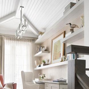 マイアミの小さいビーチスタイルのおしゃれな書斎 (グレーの壁、ラミネートの床、造り付け机、グレーの床) の写真
