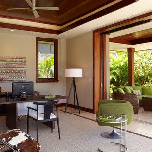 ハワイの広いトロピカルスタイルのおしゃれな書斎 (ベージュの壁、自立型机、スレートの床、ベージュの床) の写真