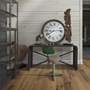 Idee per un ufficio stile shabby di medie dimensioni con pareti bianche, pavimento in legno massello medio e scrivania autoportante