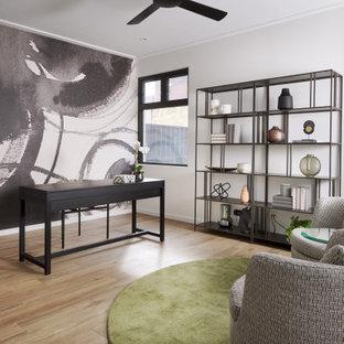 Неиссякаемый источник вдохновения для домашнего уюта: кабинет в современном стиле с разноцветными стенами, светлым паркетным полом, отдельно стоящим рабочим столом, бежевым полом и обоями на стенах