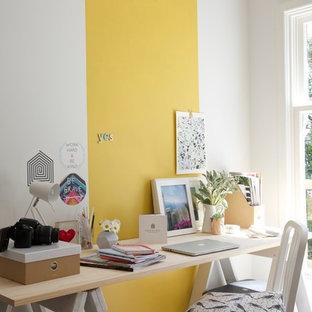 Cette photo montre un bureau scandinave de type studio avec un mur blanc, moquette et un bureau indépendant.
