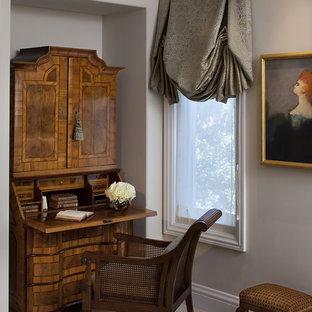 サンフランシスコのヴィクトリアン調のおしゃれなホームオフィス・書斎 (グレーの壁、カーペット敷き、自立型机) の写真