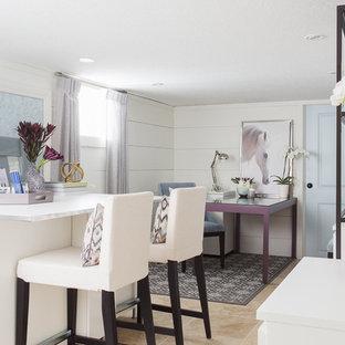 Idee per uno studio classico di medie dimensioni con pavimento in travertino e scrivania autoportante