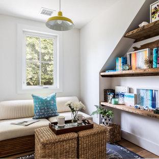 Exempel på ett litet lantligt arbetsrum, med ett bibliotek, vita väggar och ljust trägolv