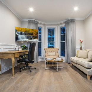 ブリスベンの中くらいのトラディショナルスタイルのおしゃれな書斎 (ベージュの壁、塗装フローリング、自立型机、ベージュの床) の写真