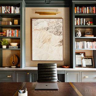 Inspiration för ett mellanstort vintage hemmabibliotek, med gröna väggar, mellanmörkt trägolv, en standard öppen spis, en spiselkrans i sten, ett fristående skrivbord och brunt golv