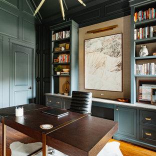ダラスの中くらいのトランジショナルスタイルのおしゃれな書斎 (緑の壁、無垢フローリング、標準型暖炉、石材の暖炉まわり、自立型机、茶色い床、三角天井、パネル壁) の写真