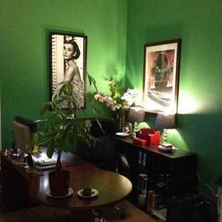 Идея дизайна: рабочее место среднего размера в стиле фьюжн с зелеными стенами, ковровым покрытием и отдельно стоящим рабочим столом