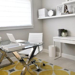 マイアミの小さいコンテンポラリースタイルのおしゃれなホームオフィス・書斎 (グレーの壁、セラミックタイルの床、自立型机) の写真
