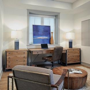 Bild på ett funkis arbetsrum, med vita väggar och ljust trägolv