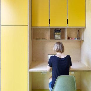 ロンドンの中くらいのコンテンポラリースタイルのおしゃれな書斎 (黄色い壁、暖炉なし、造り付け机) の写真