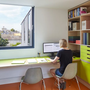 Idee per un atelier design di medie dimensioni con pareti multicolore e scrivania incassata