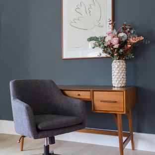 Idee per uno studio chic con pareti blu, parquet chiaro e scrivania autoportante