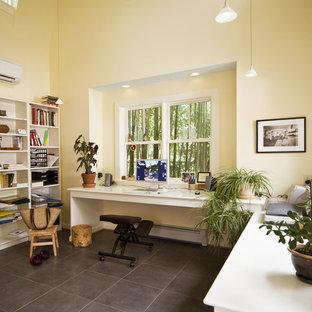 ワシントンD.C.の中くらいのトラディショナルスタイルのおしゃれなホームオフィス・書斎 (黄色い壁、造り付け机、磁器タイルの床、暖炉なし、グレーの床) の写真