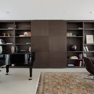 メルボルンの中サイズのコンテンポラリースタイルのおしゃれな書斎 (セラミックタイルの床、暖炉なし、自立型机) の写真