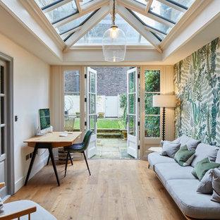 ロンドンの広いトランジショナルスタイルのおしゃれな書斎 (白い壁、淡色無垢フローリング、自立型机、ベージュの床) の写真