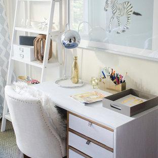 Idee per uno studio minimal con pareti gialle, moquette, scrivania autoportante e pavimento grigio