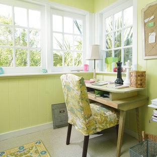 オーランドの小さいトロピカルスタイルのおしゃれなホームオフィス・書斎 (緑の壁、カーペット敷き、自立型机) の写真