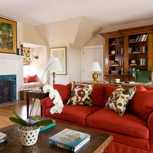 Foto på ett stort vintage hemmabibliotek, med en spiselkrans i trä, beige väggar, mellanmörkt trägolv, en standard öppen spis, ett fristående skrivbord och brunt golv