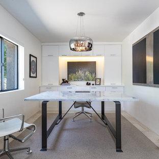 フェニックスの中サイズのコンテンポラリースタイルのおしゃれなアトリエ・スタジオ (白い壁、ライムストーンの床、自立型机、ベージュの床) の写真