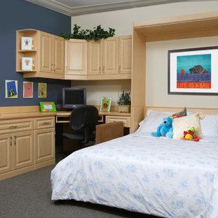 オレンジカウンティの中サイズのおしゃれなアトリエ・スタジオ (青い壁、カーペット敷き、暖炉なし、造り付け机) の写真