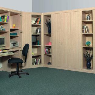 Mittelgroßes Klassisches Arbeitszimmer ohne Kamin mit Arbeitsplatz, beiger Wandfarbe, Teppichboden, Einbau-Schreibtisch und grünem Boden in Charleston