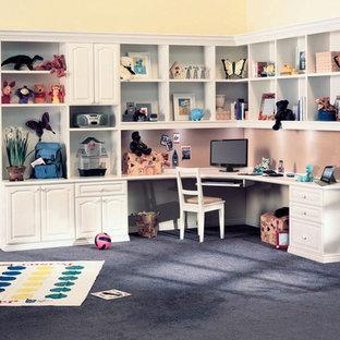 Ispirazione per un grande studio tradizionale con pareti nere, moquette, nessun camino, scrivania incassata e pavimento blu