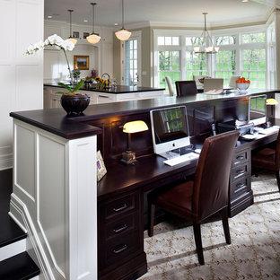 Inredning av ett klassiskt litet arbetsrum, med beige väggar, heltäckningsmatta, ett inbyggt skrivbord och flerfärgat golv