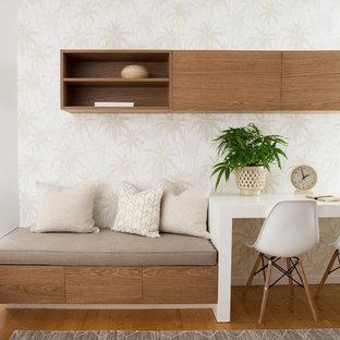 ゴールドコーストの中くらいのコンテンポラリースタイルのおしゃれな書斎 (ベージュの壁、無垢フローリング、造り付け机、茶色い床) の写真