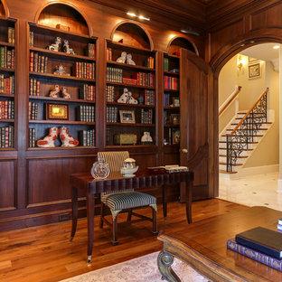Идея дизайна: рабочее место в классическом стиле с коричневыми стенами, паркетным полом среднего тона и отдельно стоящим рабочим столом