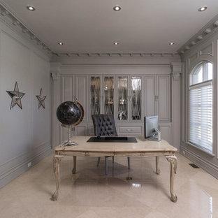 Mittelgroßes Klassisches Lesezimmer ohne Kamin mit grauer Wandfarbe, Marmorboden, freistehendem Schreibtisch und beigem Boden in Toronto