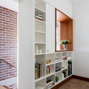 Idées déco pour un bureau rétro de taille moyenne avec un mur blanc, un sol en travertin, un bureau intégré et un sol marron.