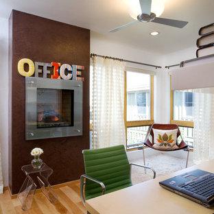 Exemple d'un bureau industriel de taille moyenne avec un mur blanc, un sol en bois brun, une cheminée standard, un bureau indépendant et un sol marron.