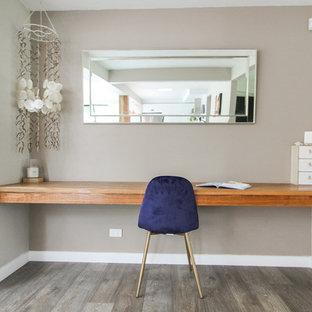 シドニーの小さいカントリー風おしゃれな書斎 (ベージュの壁、淡色無垢フローリング、造り付け机、グレーの床) の写真