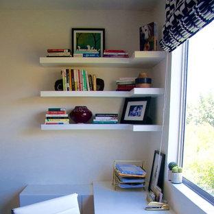 Esempio di un piccolo ufficio moderno con pareti bianche, moquette, scrivania incassata e pavimento beige