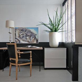ロサンゼルスの小さいコンテンポラリースタイルのおしゃれなアトリエ・スタジオ (白い壁、塗装フローリング、自立型机) の写真