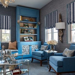 マイアミの大きいトランジショナルスタイルのおしゃれなホームオフィス・書斎 (ライブラリー、青い壁、カーペット敷き、造り付け机、青い床) の写真