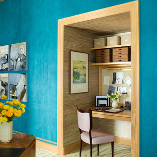 ニューヨークのコンテンポラリースタイルのおしゃれなホームオフィス・書斎 (青い壁、カーペット敷き、造り付け机) の写真