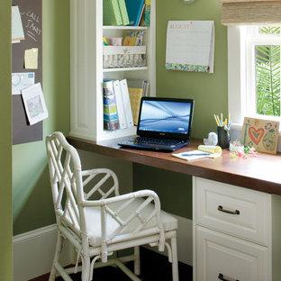 ニューオリンズのエクレクティックスタイルのおしゃれなホームオフィス・仕事部屋 (造り付け机、緑の壁) の写真