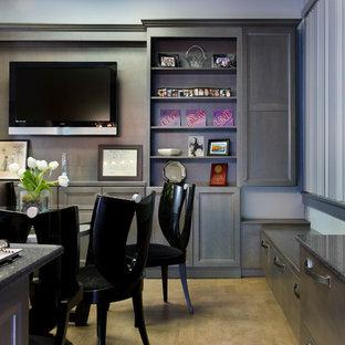 プロビデンスの大きいコンテンポラリースタイルのおしゃれなホームオフィス・書斎 (グレーの壁、ラミネートの床、暖炉なし、自立型机) の写真