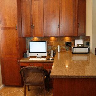 Ispirazione per un piccolo studio chic con pareti beige, pavimento con piastrelle in ceramica e scrivania incassata
